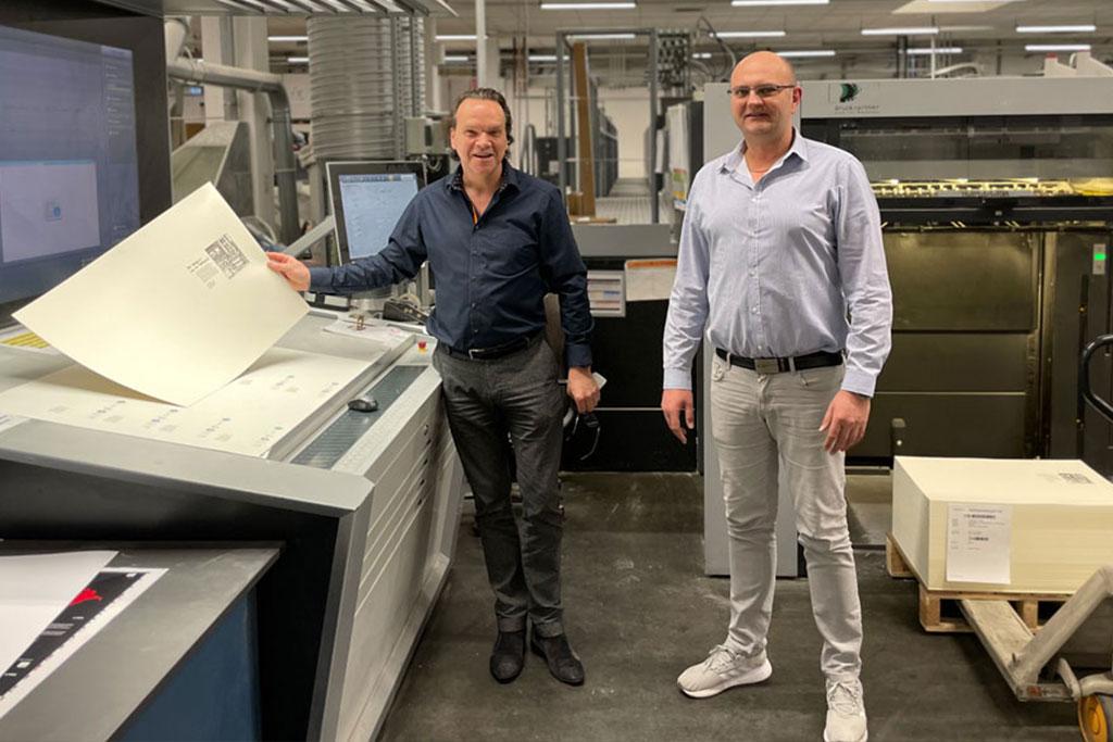Michael Matschuck und Paul Kasperczyk im Drucksaal von Druckpartner